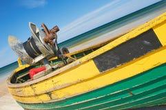 Fischerboot am sandigen Strand der Ostsee mit drastischem Himmel während der Sommerzeit Stockbild