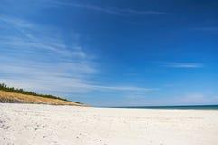 Fischerboot am sandigen Strand der Ostsee mit drastischem Himmel während der Sommerzeit Stockfotos
