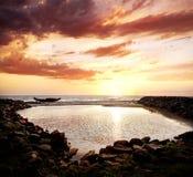 Fischerboot Schattenbild auf dem Strand Lizenzfreie Stockfotos