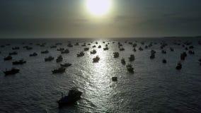 Fischerboot-Schattenbilder in der Bucht unter Sonnenuntergang-Licht stock footage