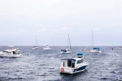 Fischerboot am See- oder Ozeanhorizont stockfotografie