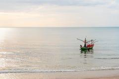 Fischerboot siamesisch auf dem Meer Stockbilder