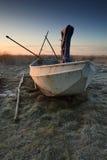 Fischerboot am Sonnenaufgang auf Land Stockbilder