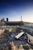 Fischerboot am Sonnenaufgang auf Land Stockfotografie