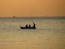 Fischerboot am Sonnenuntergang lizenzfreies stockfoto