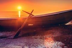 Fischerboot am Sonnenuntergang Stockfotos