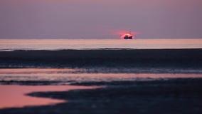 Fischerboot am Sonnenuntergang stock video