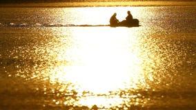 Fischerboot am Sonnenuntergang stock footage
