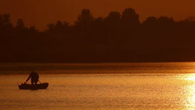 Fischerboot am Sonnenuntergang stock video footage