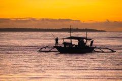 Fischerboot am Sonnenuntergang lizenzfreie stockfotografie