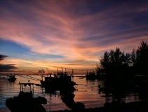 Fischerboot an Sonnenuntergang Schattenbild Stockbilder