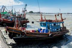 Fischerboot am Tief gebunden vom Meer Stockfoto