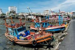 Fischerboot am Tief gebunden vom Meer Stockfotografie