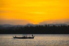 Fischerboot u. orange Sonnenuntergang lizenzfreies stockbild