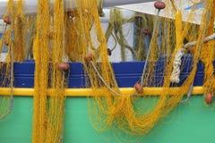 Fischerboot und Fischernetze Lizenzfreie Stockbilder
