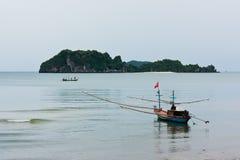Fischerboot und Insel Stockbilder