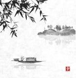Fischerboot und Insel mit Bäumen im Nebel Lizenzfreie Stockbilder