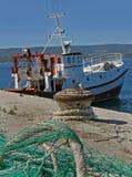 Fischerboot und Netz im Hafen Lizenzfreies Stockfoto