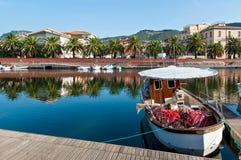 Fischerboot und Netze Lizenzfreie Stockfotos