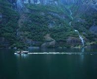 Fischerboot und Wasserfall Stockbild