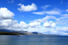 Fischerboot unter dem blauen Himmel Lizenzfreies Stockfoto