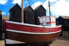 Fischerboot vor Hastings Fischen-Hütten Stockbild