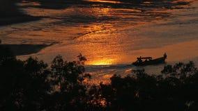 Fischerboot während des Sonnenuntergangs stock footage