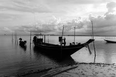 Fischerboot wird an der Küste im Sonnenschein festgemacht lizenzfreies stockbild