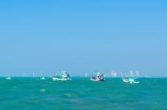 Fischerbootanker nahe der Stadt stockfotografie