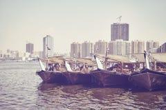 Fischerboote am Adschman-Fischmarktpier Lizenzfreie Stockbilder