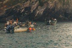 Fischerboote angekoppelt am Hafen lizenzfreies stockfoto