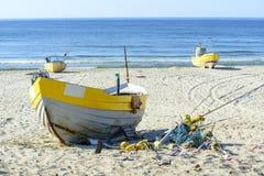 Fischerboote auf baltischem Strand stockfotografie