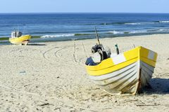 Fischerboote auf baltischem Strand lizenzfreies stockbild