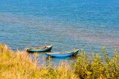Fischerboote auf dem Meer Stockfotos