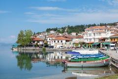 Fischerboote auf dem See Ohrid mit alter Stadt im Hintergrund Lizenzfreie Stockfotografie