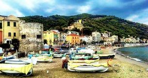 Fischerboote auf dem Strand von Laigueglia, Savona, Ligurien, Ligurisches Meer, Italien Lizenzfreie Stockfotos