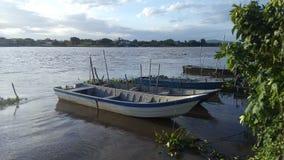 Fischerboote auf der Flussbank lizenzfreie stockfotografie