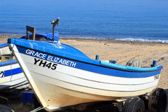 Fischerboote auf einem BRITISCHEN Strand. Stockbilder