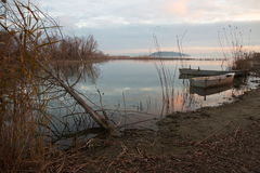 Fischerboote auf einem See bei fast Sonnenuntergang Lizenzfreie Stockfotos