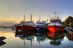Fischerboote auf frühem Morgen auf ruhigem See Stockbild