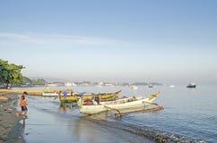 Fischerboote auf Strand in Dili Osttimor Stockfoto