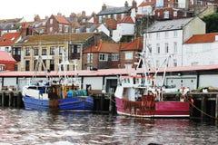 Fischerboote auf Whitby Quay Lizenzfreie Stockfotografie