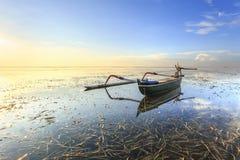 Fischerboote bevölkern die Küstenlinie am Sanur-Strand Lizenzfreie Stockfotos