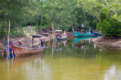 Fischerboote in dem Fluss im KOH Kho Khao Stockfotos