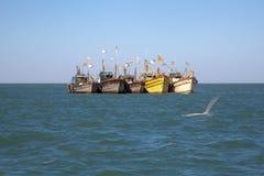 Fischerboote der Reihe in Küstennähe verankert Lizenzfreies Stockfoto