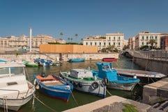 Fischerboote in der Stadt von Syrakus, Sizilien Stockfotos