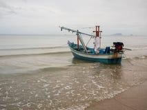 Fischerboote des Kalmars auf der Seebindung mit Anker am bewölkten Morgentag, mit Seehintergrund und Strandvordergrund Lizenzfreies Stockfoto