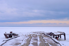 Fischerboote des Liegeplatzes eingefroren im Eis Lizenzfreie Stockfotos