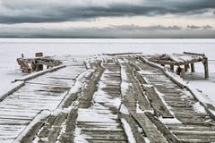 Fischerboote des Liegeplatzes eingefroren im Eis Stockfoto