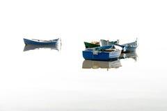 Fischerboote, die auf das Wasser fliegen stockfotografie
